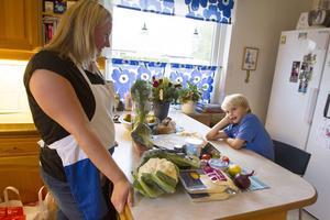 Jessica Halvarsson Lundgren och hennes familj har börjat med matkassar,
