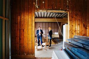 Sir Winstons ägare Per-Åke Wahlund tillsammans med nya kökschefen Elin Runudde. Tillsammans har de storslagna planer för den nya restaurangen – Sir Winston Upstairs. Stora investeringar ska få restaurangen att likna en paradvåning från sekelskiftet.