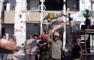 Rebeller firar efter att ha tagit sig in Gaddafis högkvarter i tripoli.