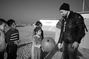 Nils Adler på före detta Isis-territorium i Debega nära Mosul i Irak. Därifrån rapporterade han och fotografen Pascal Vossen i  december 2016.