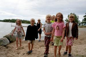 Förväntansfulla badare. Julia Lawrey, Kalle Andersson, Joar Svennewall, Jenna Lawrey och Sigrid Svennewall. Bakom skymtar Monika Andersson, Ruth Berglund och Annica Lawrey.