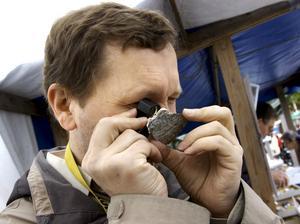 Granskar. En kristall blir som ett eget landskap när den beskådas i lupp konstaterar Torbörn Lorin från Frövi.