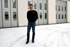 Mikeal Larsson, servicemarknadschef på Bilbolaget Lastvagnar i Sundsvall, är beroende av att det finns ungdomar som är intresserade av motorbranschen.