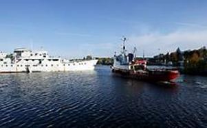 Foto: NICK BLACKMON Sjönöd. Frank Bohlin kallade in sin besättning och ryckte ut med sin bogserbåt Karl Alfred.Men skepparen hade små förhoppningar om att få betalt för insatsen.