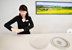 Jenny Bergvall visar hon ett alternativ till tallriksmodellen – handmodellen. Den del av höger handen som är synlig representerar mängden kött, ägg eller fisk per måltid.