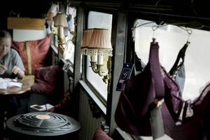 Bussen var grabbig från början, men nu har Ella Logren inrett i en lite boudoiraktig stil med sammetsdraperier med stora tofsar som skyddar för insyn, broderade kuddar och lampetter längs väggarna.