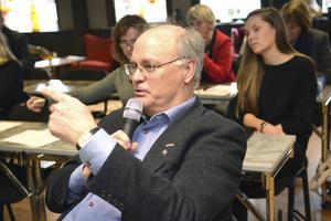 Peter Egardt, kommunalråd, agerade ofta moderator under mötet.