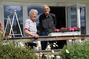 Britta och Åke Pålsgård har flyttat till en trivsam lägenhet i centrala Alfta. Det är med blandade känslor, som de nu ser det gamla hemmet skingras. En del, men inte allt, har de tagit med sig till den nya bostaden. Inte långt därifrån bor nu även Doris.