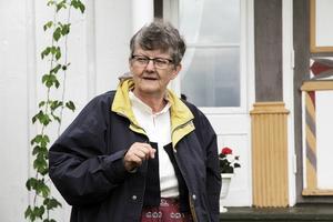 Kersti Hisved bor själv i Långhed och kan mycket om de gamla hälsingegårdarna där. Här har hon inlett dagens guidning vid Pallars.