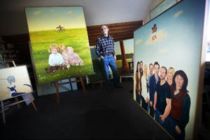Ateljén är just nu fylld till bristningsgränsen med tavlor inför utställningen.