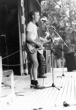 10. Enligt baksidan på fotografiet är detta Torbjörn Pettersson. Men vilket band spelade han i, var är bilden tagen och när?
