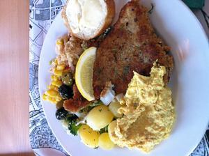 Fisk, kött/fågel och vegetariskt varje dag i den trevliga buffén.