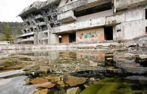 Kriget i det forna Jugoslavien, där Bosnien ingick som en del, övertygade Lars Adaktusson om betydelsen av samarbete mellan människor och länder. Den forna OS-staden förstördes på kort tid och många människors liv trasades sönder.