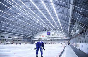 Som en jättelik tågstation – Arena Vänersborg har sin egen skala och värme.