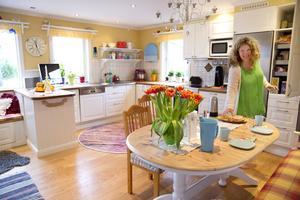 """gult, gult, gult. Irene Ronström fyller sitt kök med gult. """"Gult är bra för matsmältningen och konversationen"""", säger hon."""