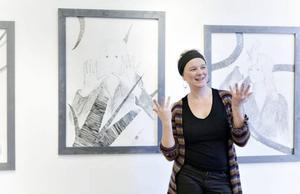 """Självporträtt. Maria Fedko ställer ut en serie stora teckningar under titeln """"Olika dagar""""  på Galleri K."""