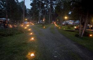 Var man än vilade blicken fanns där ett ljust sken, i stugor, på campingen och ner vid det gamla fiskelägret. Hölick var på lördagskvällen ett vackert upplyst samhälle.