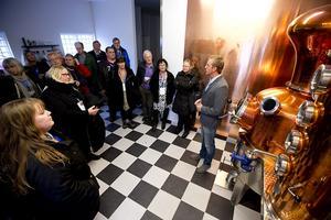 Besöket hos Hernö brenneri i Dala var uppskattat. Henric Boeng berättade hur man framställer gin efter ett eget recept.