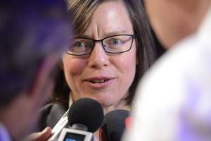 Författaren Lena Andersson tar emot priset för årets svenska skönlitterära bok –