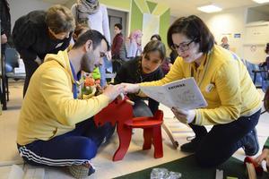 Omar Al Mousa och dottern Lujin Al Mousa funderar bygger ihop gungälgen.