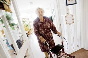 Britta Olsson, 90 år, har stormtrivts på äldreboendet Lillvik i Storvik. Men nu är hon mycket oroad över de neddragningar som annonserats inför hösten. Matsalen ska hållas stängd under helgerna och de gamla får äta ur plastlådor på sina rum. Dessutom ska en person ensam arbeta med aktivering av 80 pensionärer.