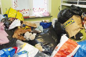 Osorterade gåvor fyller flera rum i huset.