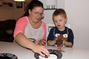 Josefine Bornström började baka till sina barn. Här rullar Milo, 4 år, en riktig bamsechokladboll.