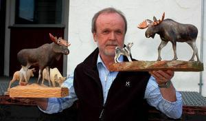 Bertil Jonsson från Bräcke gör älgar i trä. Foto: Ulf Svedjeland