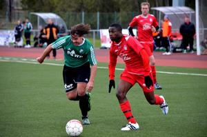 Maxwell Osadolor var en av de som skapade chanser för Stöde. Här i duell med Jonas Axelsson.