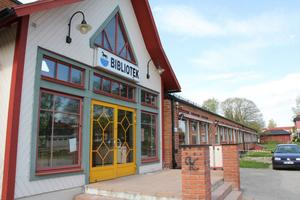 Biblioteket i Harmånger är inrymt i en av Backens skolas enplanslängor.vid Backvägen