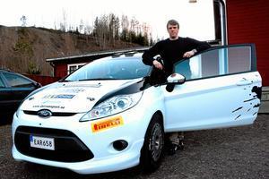 Styr mot segern. Jacob Jansson kör en Ford Fiesta R2 Rallycar. I teamet kring honom ingår fyra mekaniker, däribland pappa och lillebror, och kartläsaren Andreas Johansson.