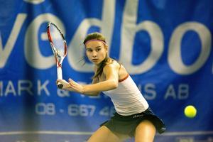 Rumänskan Evelyne Tiron, rankad 1330 på den senaste ITF-listan för juniorer, har inlett med två stabila 2–0-vinster.