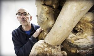 Mats Wikström vid sin träskulptur.