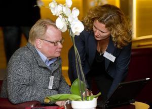 Peter Hultqvist överlägger med partikamraten Anne Ekberg.