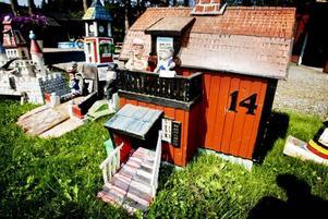 FÖRÄLDRAHEM. Erik Holmgren snickrade både sig själv och sitt föräldrahem i miniatyr. På balkongen står Erik Holmgren och hans fru Gulli.Foto: Gustav Gräll