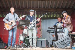 Bengt Proos med band underhöll publiken med härliga covers från The Refreshments och Kingen bland annat. Ett par blev så sugen på att dansa att de tog en svängom framför det holländska våffelståndet.