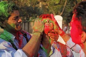 Studenter smetar färg på varandra.