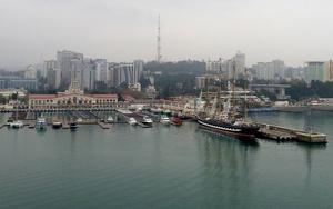 Hamnen i själva Sotji är stor och rymmer det mesta. Färjor, privata lyxjakter, restauranger och hotell. Men så tar också staden och regionen emot 4 miljoner besökare årligen. Utan OS!
