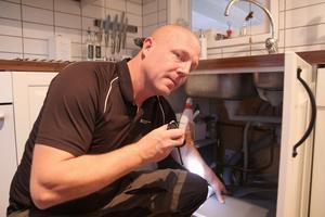 Jonas Eldh inpekterar bland annat kök och arbetar med förebyggande åtgärder. Under diskbänken och kyl och frys är ytor där vattenskador kan vara svåra för en provatperson att upptäcka.
