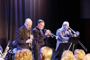 Bay City Seven spelade i Bo Linde-salen. Göran Schultz på piano och sång, Lars Ädel på klarinett, Kenneth Forsgren på trumpet, Sören Strömberg på trombon, Rolf Emtegren på bas och Lars Petterson på trummor.