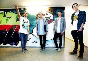 """""""Graffiti can't be stopped"""" är budskapet från Andreas Persson, Simon Larsson, Joel Karismaa och Rasmus Jäderström, som målat årstiderna i tunneln mellan Polhemsskolans två byggnader."""