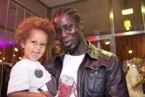 """Två generationer. Youssou och Ibbe Diouf var två av många besökare på lördagkvällens hiphopgala på Spegeln, höjdpunkten på hiphopfestivalen Xpand your style. """"Det behövs mer sådant här i Gävle"""", konstaterar Ibbe Diouf."""