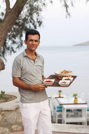 Meze, turkiska smårätter, redo att serveras på stranden.