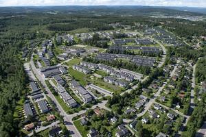 Ett flygfoto över Bosvedjan där det tydligt syns hur Bågevägen går i just en båge för att sedan möta Bäckebovägen.