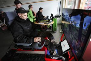 Björn Vallin från Gävle går en två veckors provutbildning inom skogsmaskin och provar simulatorn på Skogsdagen.