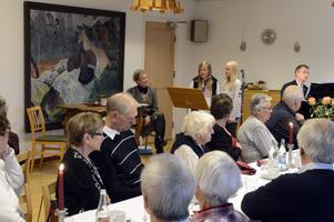 Unga sångfåglarna Josefine Winblad och Linda Bengtsson underhåller vid födelsedagsfesten för de äldre.