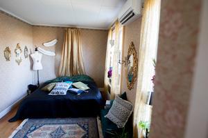Den låga sängen i bohemisk stil hämtade Annefrid inspiration till från Pinterest.