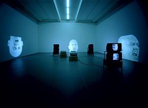 """Bruce Nauman medverkar ofta själv i sina verk, som i """"Anthro/Socio"""" (1992), ett niokanaligt videoverk."""