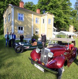 Gammalt möter nytt. Benny Fröjds parkerade sin nytillverkade Morgan 3 Wheeler bredvid Kjell Engströms Talbot London från 1936 när det i onsdags arrangerades motorträff vid Engesbergs herrgård.