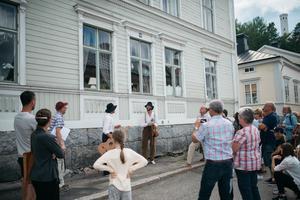Björn och Petter Lodmark utanför kapten Westmans gamla hus underhåller med fiolmusik. Efter en stund blir de avbrutna av kapten Wessman själv som spelar av Lars Lodmark.